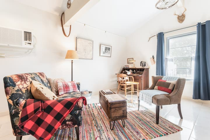 Farm Living in the City - Bunkhouse -Cottage