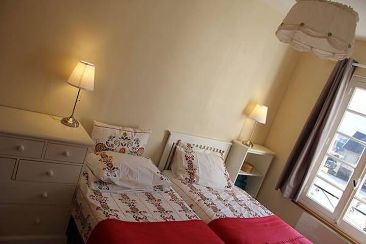 La chambre rouge a parteger entre amis, enfants ou en famille.  The twin bedroom is ideal for teens,  children or friends sharing.