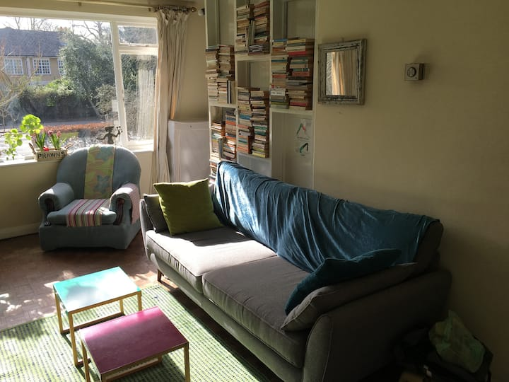 Cool  bedroom 10 min from Victoria