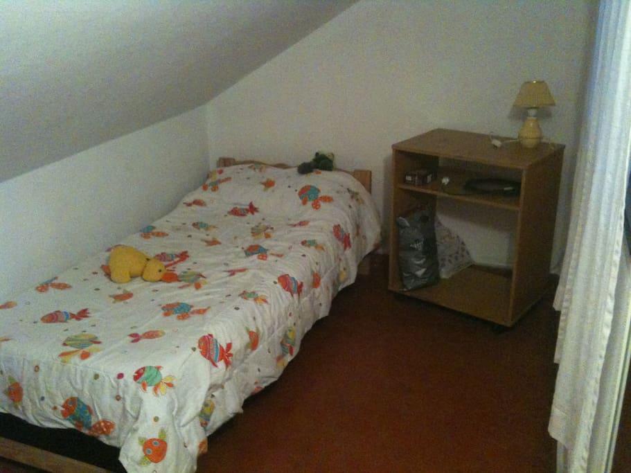 una de las camas, en la habitacion disponible
