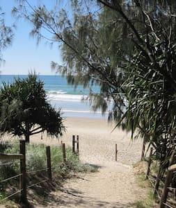 5min easy walk Coolum Beach centre - Coolum Beach - Stadswoning