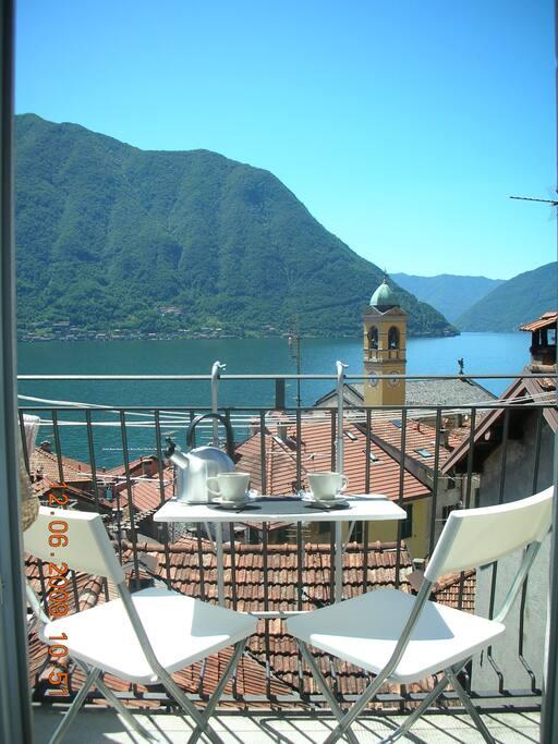 piccolo balcone con vista aperta sul borgo