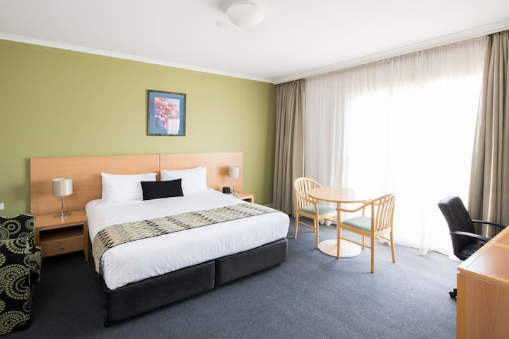 Spacious Hotel Room in South Canberra