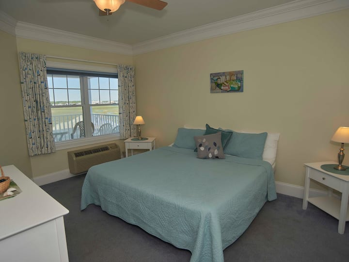 ATLANTIC BREEZE SUITES - MARSH-VIEW KING SUITE