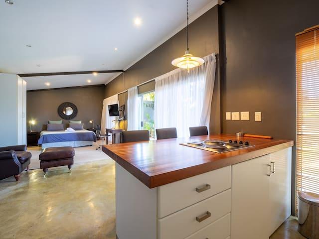 Beautiful Private Studio Apartment,cosy, free uncapped wifi, netflix, full dstv