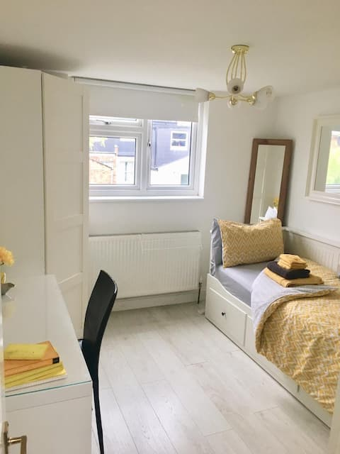 Very comfortable single room, private shower room.