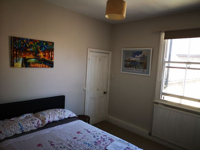 Spacious double bedroom in the heart of Newmarket.