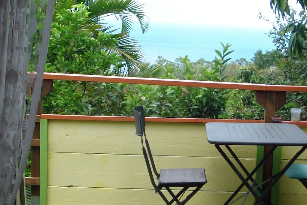 sur la terrasse vue sur mer et forêt.