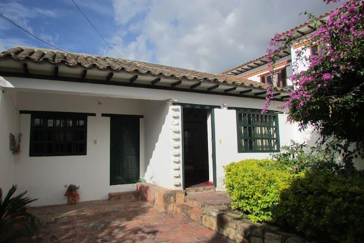 Habitación con baño privado en casa colonial.  (V)