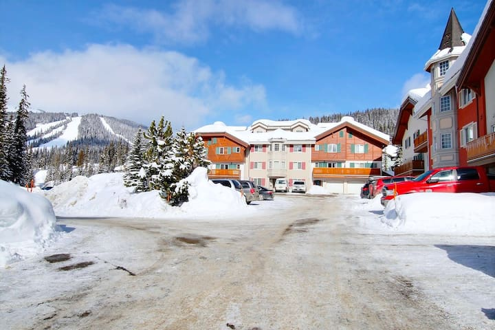 Sun Peaks - Ground level condo, ski in ski out!