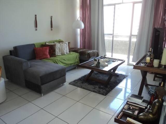 Apartamento Inteiro - Sala ampla com sofá cama.