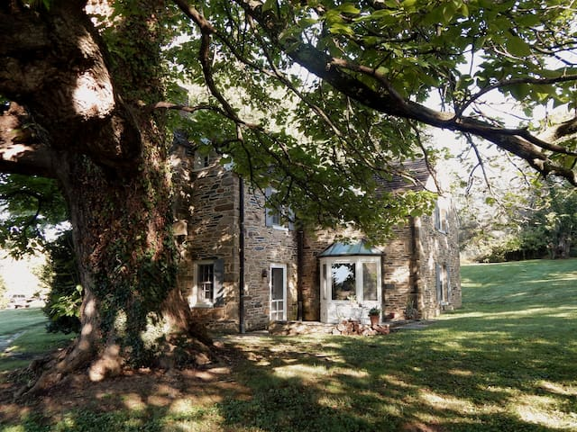 Stone Cottage at Oatlands Historic House & Gardens