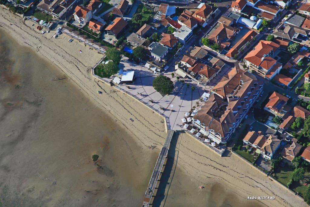 Localisation a 2 pas de la plage de la jetée et des commerces                 Localisation a 2 pas de la plage, la jetée et tous commerces                      https://a0.muscache.c