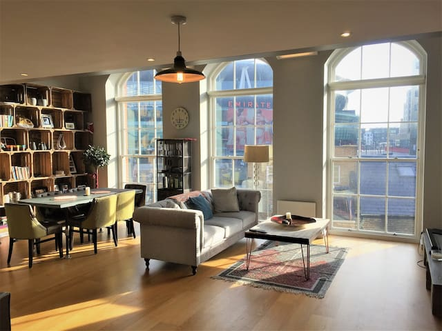 Trendy 2BR loft apartment only 1 minute from Tube!