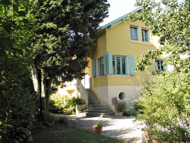 Grande maison familiale avec piscine 10 min Lyon