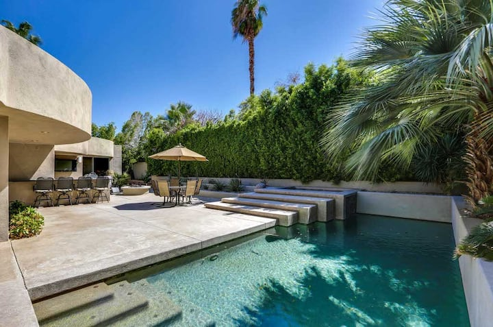 Contemporary home w/ lovely pool, spa & outdoor bar - dogs welcome!