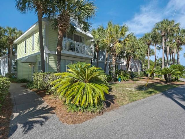 1st Floor Comfortable, open cottage, Steps to the gulf, Close to dining