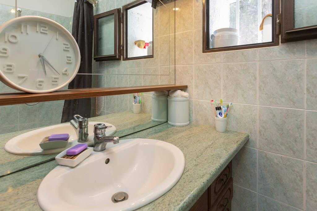 Salle de bains à disposition pour votre toilette, pour les douches 2€ en sus payé en espèces sur place
