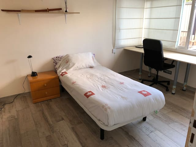 Cozy room with ensuite in Sant Cugat