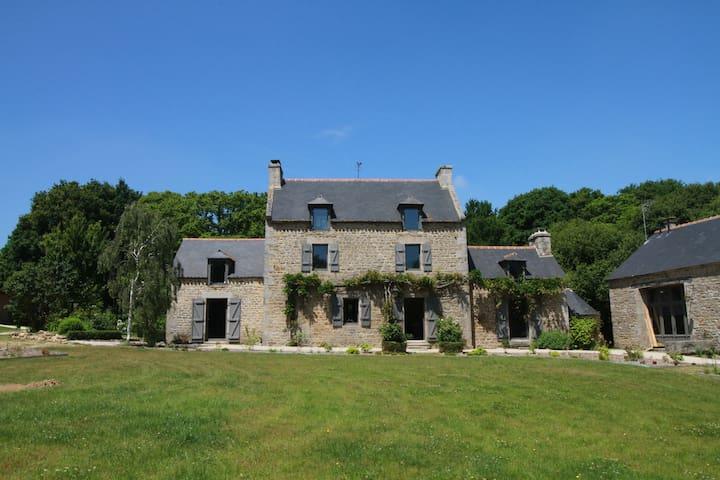 Gîte La Hunaudaye Domaine du Bois Riou. près Dinan - Quévert - Dům