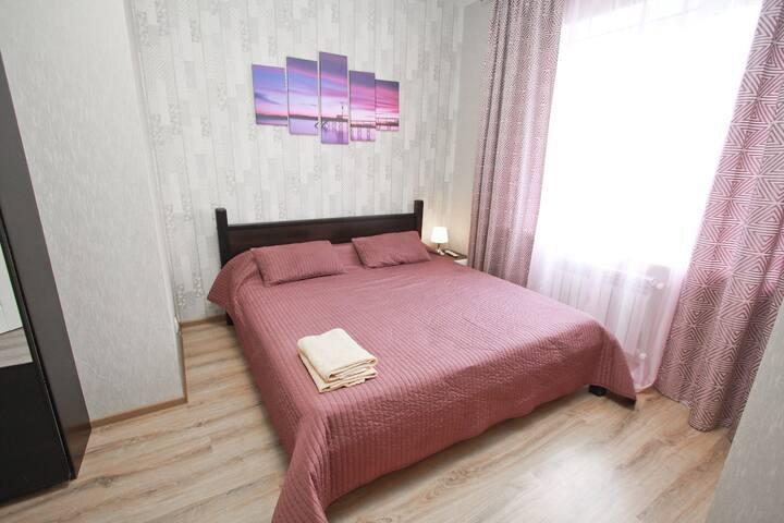 Новая квартира с широкой кроватью