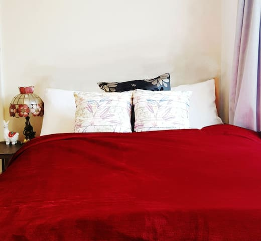 QE/Uni double room with off-street parking & desk
