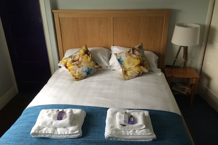 Lovely room near Gatwick Airport - Reigate - Casa