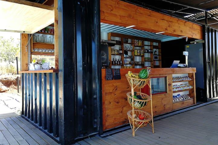 se te olvido algo,no importa,  tenemos un pequeño almacén y una exquisita cafetería con café de grano, pastelería artesanal y sabrosos helados naturales.