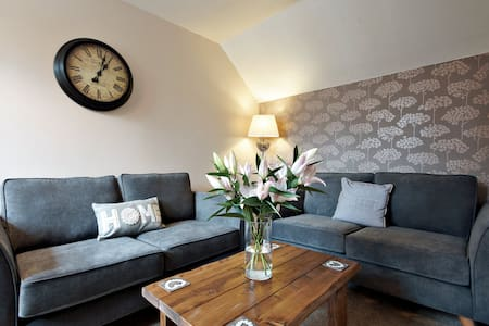 TV's in all rooms, free WiFi, free parking - Fulford - Casa