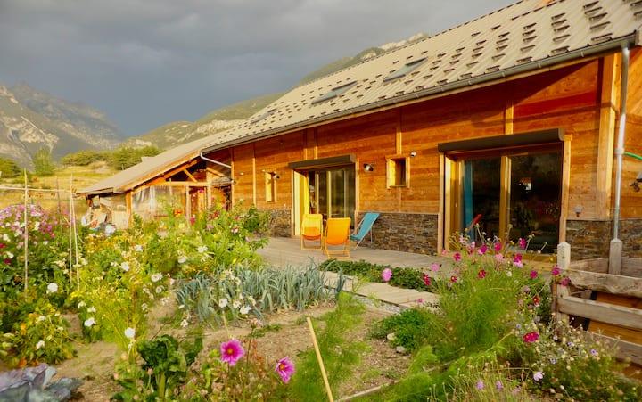Maison bois face à la nature.