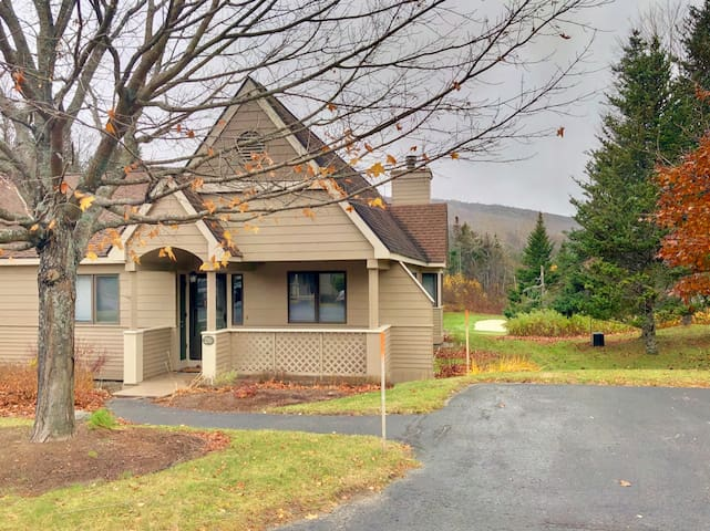 FV26: Comfortable golf course townhouse within walking distance of Mount Washington Hotel. Shuttle to ski resort. PROFESSIONALLY CLEANED!