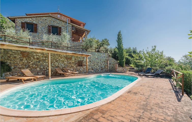 Holiday cottage with 2 bedrooms on 100m² in Pari