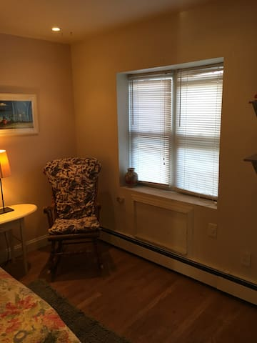 Private bathroom, huge room in Ridgewood