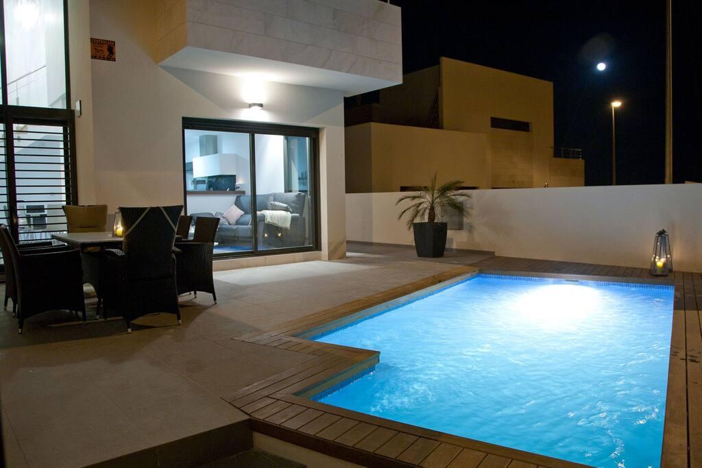 Terrasse med lys i poolen