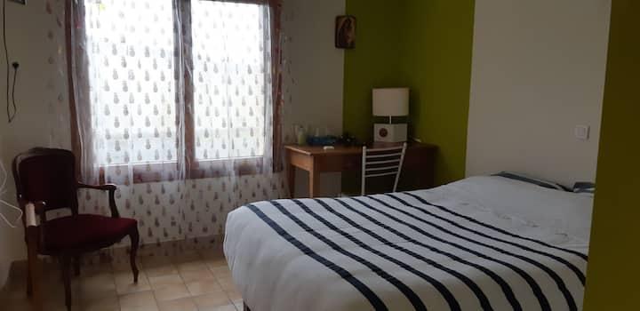 Chambre avec salle de bain privative à Tillieres