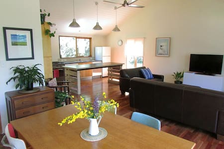 Cottage on tranquil rural property near Beechworth - Stanley - Huis