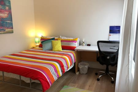 Bright room in Spacious house close to Airport