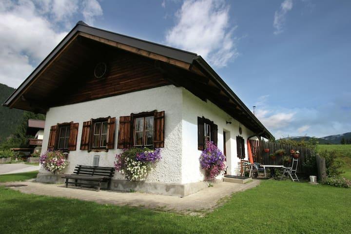 Verzorgde bungalow in Salzburgerland met terras en barbecue