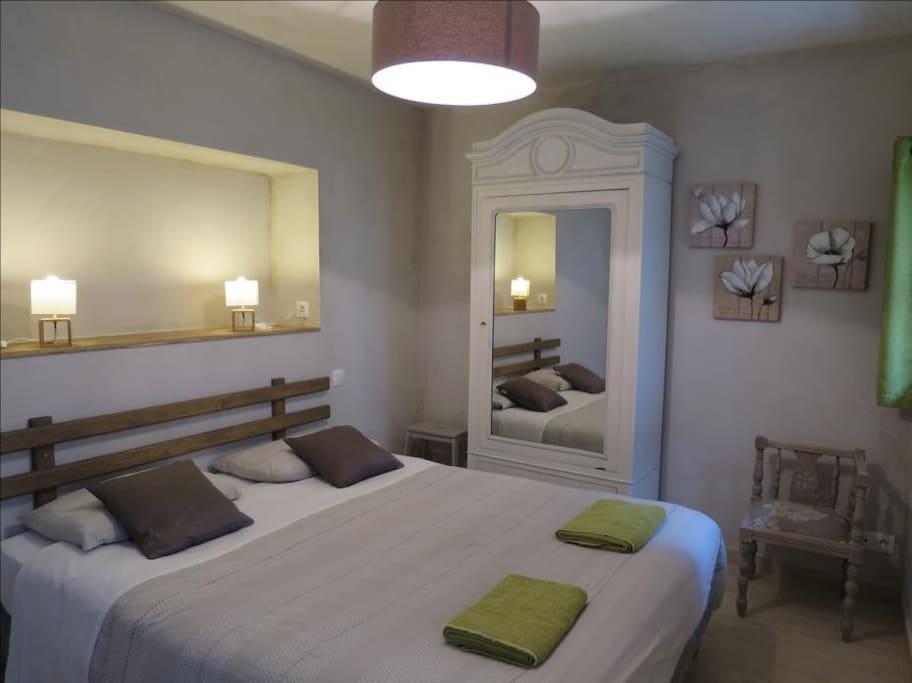 """La chambre avec un lit """"King size"""", Fauteuil breton et bonnetière restaurés par Liliane"""