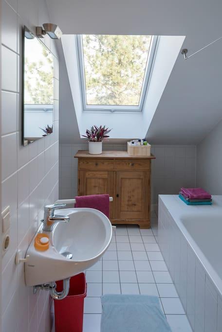 Privates Badezimmer mit Dusche/Badewanne, WC und allem, was dazugehört.