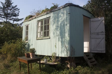 The redroom or woodcaravan in a fairytalegarden - Stege - Bed & Breakfast