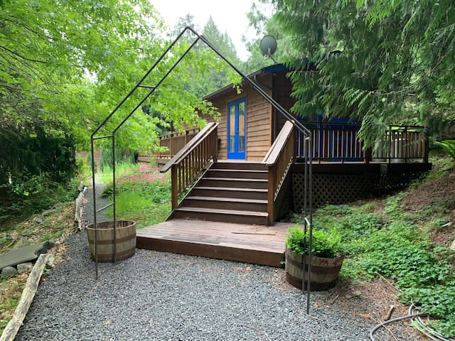Cozy Dog Friendly Cabin in the Woods (No cats)