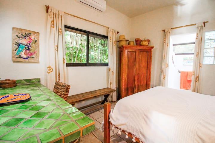 Guest room - Queen size bed