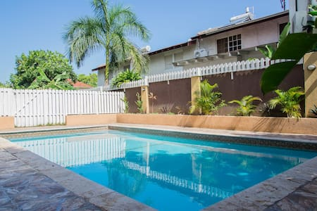 Fabulous apt near New Kingston - Kingston - Apartemen