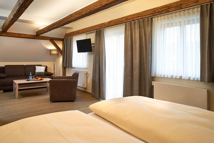 """Gasthof Gigl (Neustadt a.d. Donau), Superior Zimmer """"Kastanie"""" (37qm) mit Balkon"""