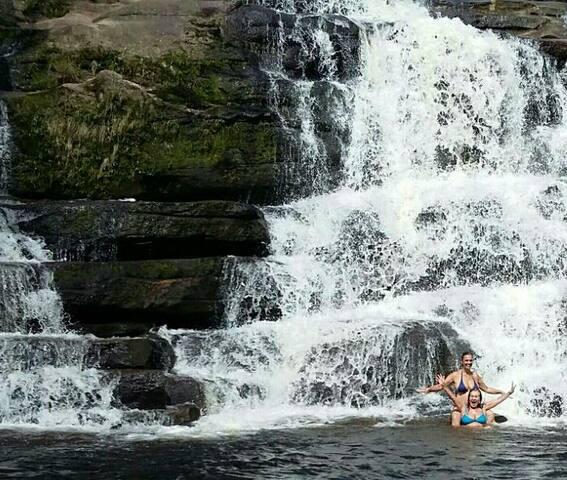 Cachoeira no parque do Museu