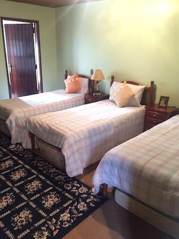 Suite 1 com 3 camas de solteiro. Colchões embaixo das 3 camas caso necessário