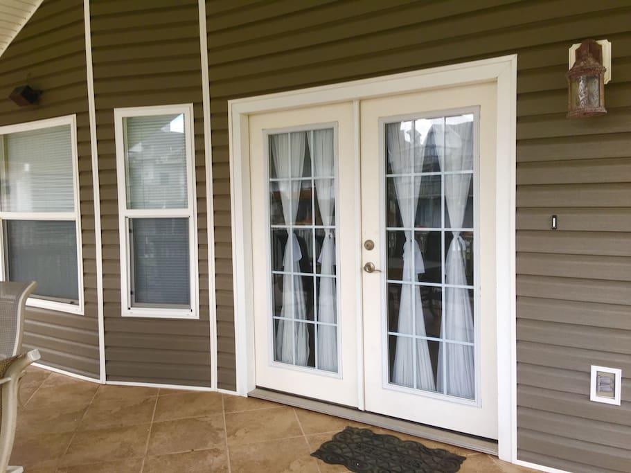 Double french door (overlooks water)