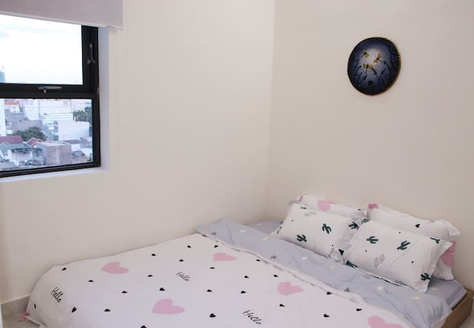 Phòng ngủ 2 với giường king size 1m8 x2m, rèm che nắng và tranh vẽ nghệ thuật