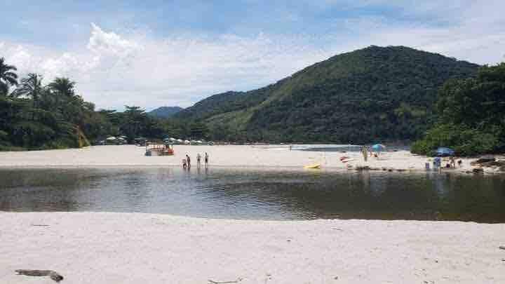 Quarto privativo hospeda 4 pessoas 80mts da praia